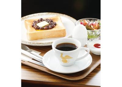 【写真を見る】とろーり溶けたバター×あんこのコラボが堪らない…!パンの香ばしい香りが食欲を掻き立てる / 喫茶モーニング