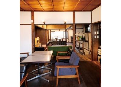 2階はソファー席を中心に配置する。レジで注文し、店の奥や2階の席で味わうセルフスタイル / 喫茶モーニング