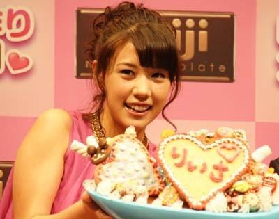 「チョコは手作りします♪」と、明治製菓「明治手作り女子学園」で理事長を務める仲 里依紗さん