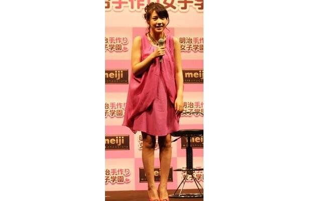 【写真】美脚が引き立つ、ピンクのワンピース姿がキュートな仲 里依紗