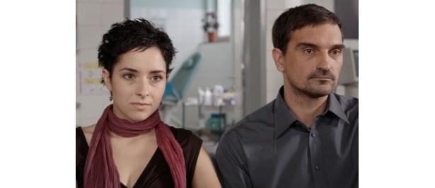 ある出来事をきっかけに、恋人のアマルは必死に止めるルナを無視してアパートを出ていってしまう