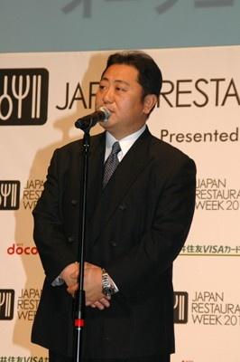 実行委員で「四川飯店グループ」総料理長の菰田欣也さんが開幕に際して挨拶。「外食産業を盛り上げたい」と意気込みを語った