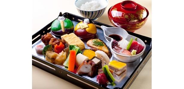 築地で三代続く料亭「つきぢ田村」のランチ「点心爛漫」(2500円)。焼魚や煮物、和え物がバランスよく並ぶ