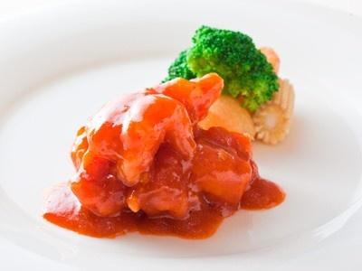 実行委員の菰田欣也さんが料理長を務める「szechwan restaurant陳」によるディナー(7500円)の一部