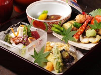松花堂弁当に黒豆ときな粉のアイスが付いた「日本橋ゆかり」のランチ(2500円)。限定10食