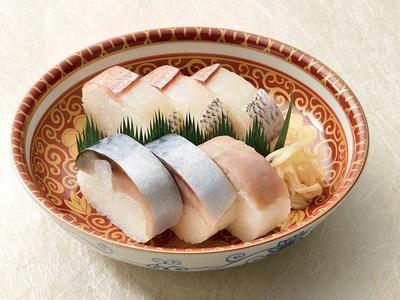 上質な鯖と小鯛が一度に楽しめる「鯖雀盛合せ」(1人前各3貫 2673円) / いづう