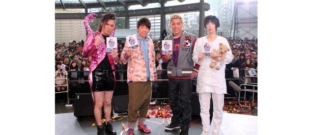 「ロンドンハーツ」DVD第2弾発売記念イベントに出席した50TA(狩野英孝)、田村淳、田村亮、鳥居みゆき(写真左から)