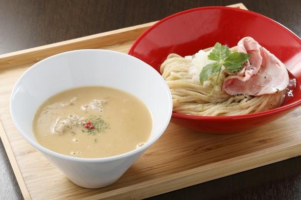 濃厚鶏つけ麺¥880。つけ汁には自家製の鶏つくねをイン!