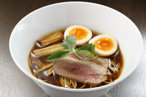 熟成黒醤油 燻製玉子のせ¥940。「スープの色は濃いけど、すっきりとした味わいを意識した」と三島さん