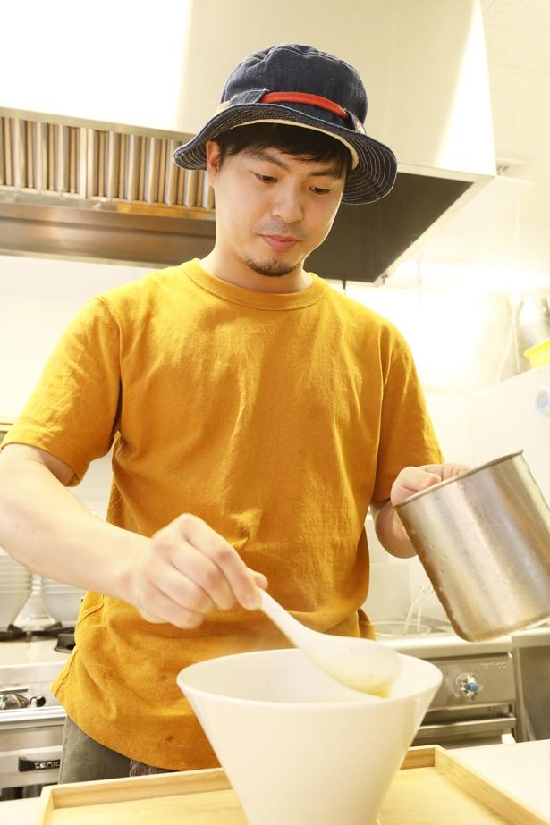店長の三島さん。真剣にラーメンを作る様子は、客側からもよく見える