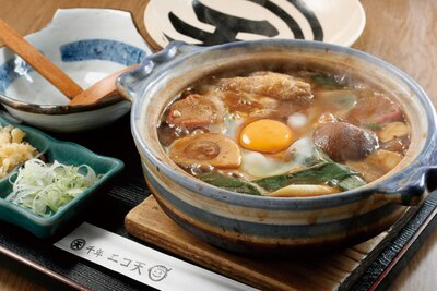 かしわと卵入りで、一年中注文できる「味噌煮込みうどん」(800円) / 千年 ニコ天
