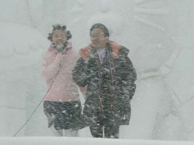 吹雪の中、UHBの榊菜美アナウンサーとトークを繰り広げる。が、雪で見えない…