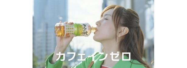 """""""カフェインゼロ""""なので「ごくごく飲める!」と新垣もお気に入りの新十六茶"""