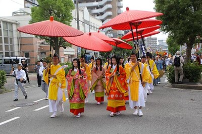 【写真を見る】古儀に則り約300人の氏子らが日本伝統の装束で練り歩く「陸渡御」