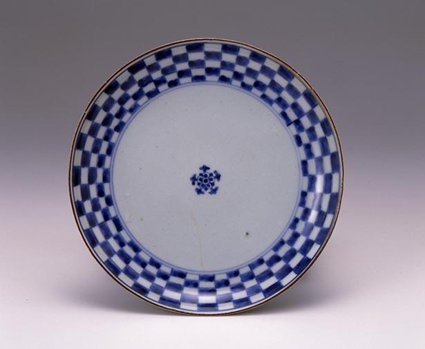 「染付市松文皿」有田(1720~1740年代)。佐賀県立九州陶磁文化館所蔵、柴田夫妻コレクション