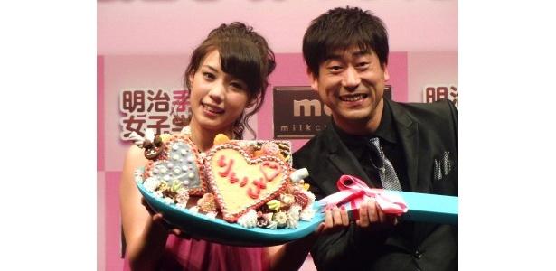 「明治手作り女子学園」PRイベントに登場した仲里依紗、原口あきまさ(写真左から)