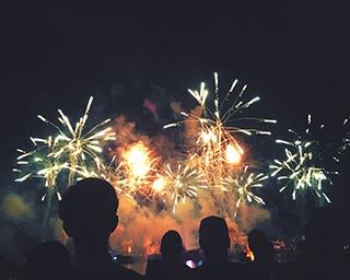 近年、全国の花火大会で続出する「非開催」「中止」その背景とは?オリンピックイヤーはどうなる?