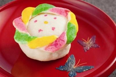 千寿こう(せんじゅこう)は、濃厚なゴマ餡の中にオレンジピールがさわやかに香る焼き菓子。原作ファン感涙の味です