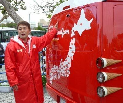 後ろには日本地図が。ゴール直後、沖縄に最後のステッカーを貼ってグリコワゴンを労うつぶやきシロー