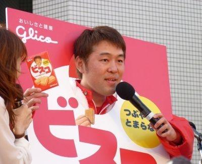 同社の江崎本部長からゴールの記念品として本物1年分をプレゼントされ、ご満悦だった