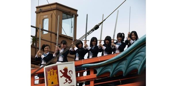 散り散りになった7本の剣を主人公たちが集めるというストーリーにちなみ、剣を手にするNMB48のメンバーたち