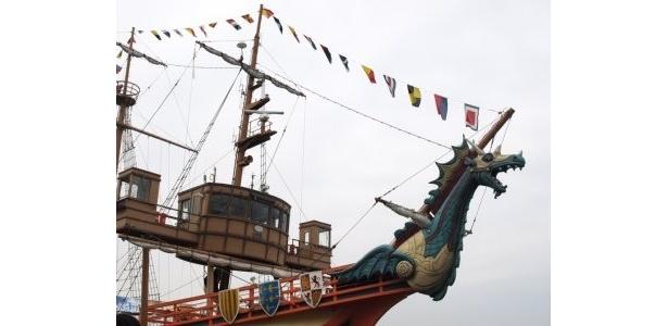 小笠原茉由は「ドラゴンの背中に乗ったみたいで感動です!」と、NMB48も興奮気味だった舳先のドラゴン