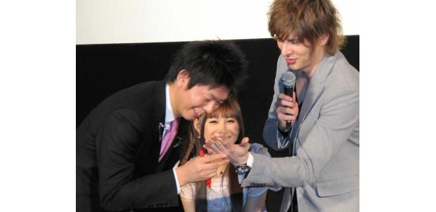 イベントでは島田秀平が得意の手相占いを披露した