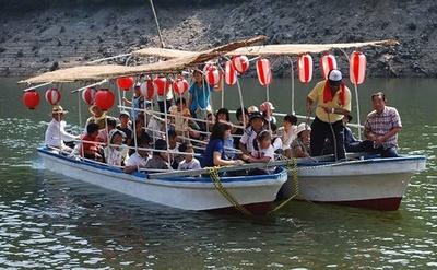 湖畔を遊覧する納涼船で涼みながら美しい景色を堪能しよう