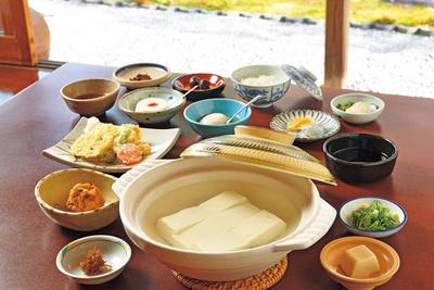 湯豆腐(3800円)は10品付き。夏季は湯豆腐のほか、辛子豆腐を選ぶことができる/湯豆腐 嵯峨野