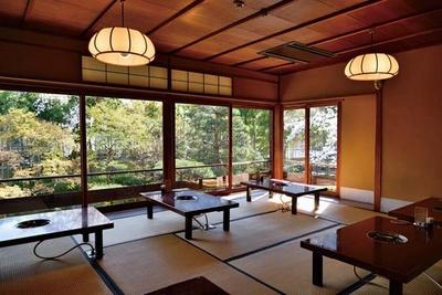 2階の和室席からの雅やかな庭園の眺めが美しい。席の予約は不可で、席が空けば案内される/湯豆腐 嵯峨野
