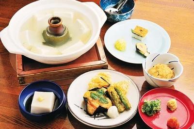 湯豆腐定食(3240円)は「嵯峨豆腐 森嘉」の豆腐を使った湯豆腐に前菜3種やゴマ豆腐、湯葉ヤマイモなど全6品/西山艸堂