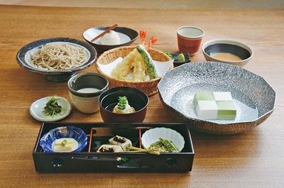 湯豆腐と手打ちそばが味わえる松ヶ枝(3500円)。白い豆腐がそば、緑色の豆腐が抹茶。風味の違いを感じて/豆腐料理 松ヶ枝