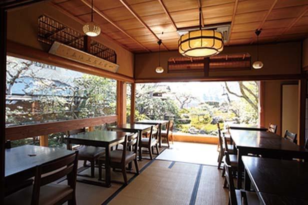 窓の向こうには手入れの行き届いた日本庭園が広がる/豆腐料理 松ヶ枝