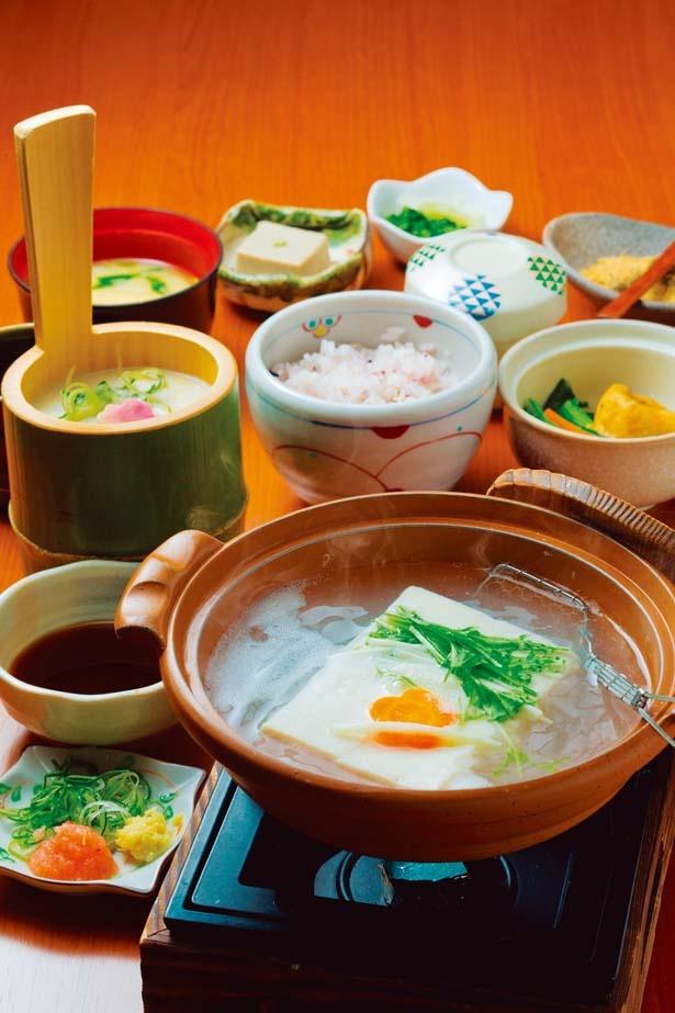 嵯峨御膳(1980円)は湯豆腐と湯葉のほか、豆乳茶碗蒸しやごま豆腐など全8品/嵯峨とうふ 稲 北店