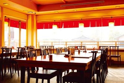元旅館だった建築をリノベーション。2階には開放的なテーブル席がある/嵯峨とうふ 稲 北店