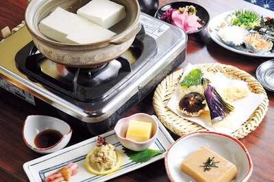 【写真を見る】湯豆腐に加え、自家製のゴマ豆腐、ひろうすにゴマ豆腐など全6品の松コース(3700円)/湯どうふ 竹むら