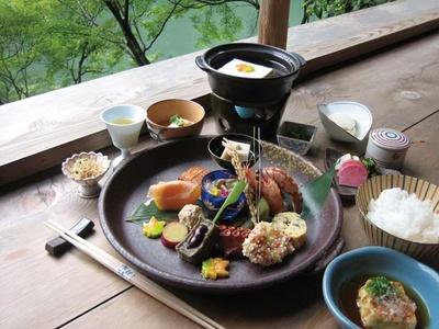 昼席のみの松葉コース(4104円~)。メインの湯豆腐と季節の彩りも豊かな八寸、カツオダシが美味な揚げ出し豆腐付き/松籟庵