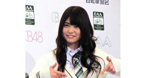 前田亜美は「指原さんに、眉毛『チェック』してもらってます」とにっこり