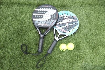 テニスラケットよりもひと回り小さいパデルのラケット。面の位置がより手のひらに近いので、弱い力でボールを飛ばすことができる
