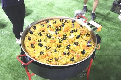 コートサイドでは、パデルの発祥地スペインの料理パエリアを自分たちで作って食べることができる