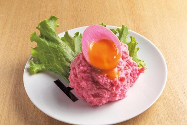 【写真を見る】とろとろ煮卵がのる、ビーツで色付けしたPP(ピンクのポテサラ・518円)/ドリルドリル