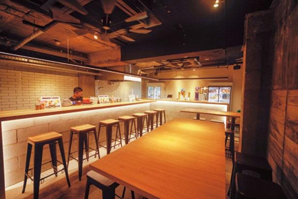 調理のライブ感が味わえるカウンター7席、テーブル11席。ジューススタンド風のバーカウンターもあり、スタンディングで利用可能/ドリルドリル