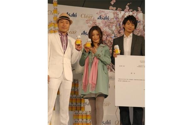 アサヒビール「クリアアサヒ」の新CM発表会で、女優の上戸彩さん、俳優の向井理さん、前作から引き続き出演のアーティスト・トータス松本さんが出席