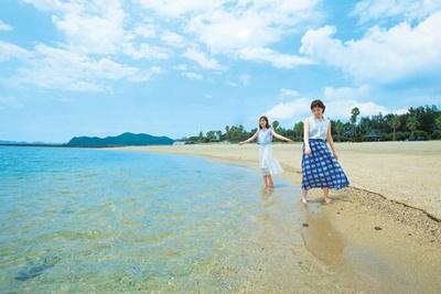 【写真を見る】海底が透けて見えるほど澄んでいる/阿万海岸海水浴場