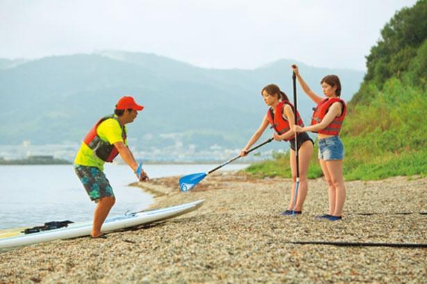 体験前には砂浜で約10分のレクチャーが。こぎ方や注意点の確認を/横乗り工房 CRAZY MONKEY
