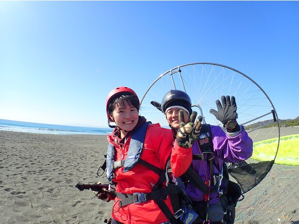 ヘルメットとジャケット、赤でキメてみました(笑)!ガイドさんとタンデムフライトと言っても先頭は自分なので、一人で飛んでいるような迫力とスリルが味わえます