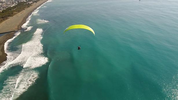 湘南の海の上を華麗に舞う私!自由に空を飛ぶって本当に気持ちいい!!