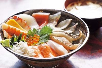 海鮮丼(1350円)。器にぎっしりのネタは日替りで、夏には旬のカマスやタコなども。ご飯は島の米を使用している/うおたけ鮮魚店 やけんど 海鮮どんや
