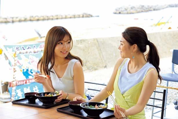 海沿いのテラス席でのんびり。看板ネコが遊びに来ることも/うおたけ鮮魚店 やけんど 海鮮どんや