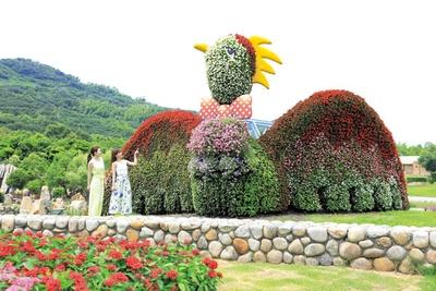 高さ4m、長さ30mの巨大な花火鳥の前で記念撮影を/淡路島 国営明石海峡公園